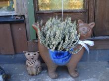 Två katter i keramik